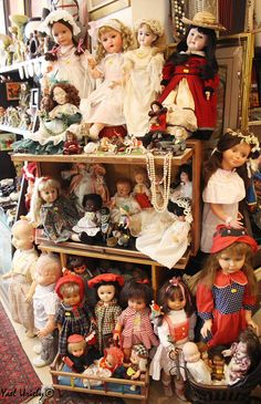 flee market in Israel. Vintage dolls Doll Museum, Old Dolls, Antique Dolls, Pretty Dolls, Beautiful Dolls, Doll Display, Child Doll, Vintage Paper Dolls, Dollhouse Dolls