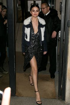 Selena Gomez in an embellished denim jacket. Selena Gomez in an embellished denim jacket. Selena Gomez Fashion, Selena Gomez Outfits, Selena Gomez Trajes, Style Selena Gomez, Retro Outfits, Style Outfits, Fashion Outfits, Silver Sequin Dress, Street Looks