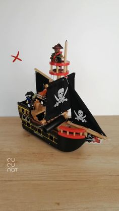 Quién no ha soñado en ser un pirata surcando los mares? . Espectacular Barco Pirata Barbarossa de madera con el que los auténticos piratas descubrirán tesoros y vivirá muchas aventuras. . No le falta detalle y es que cuenta con un timón, una ancla, un cañón y muchas calaveras, que no pueden fallar en un barco pirata. Holiday Decor, Home Decor, Anchor, Pirates, Skulls, Boats, Wood, Decoration Home, Room Decor