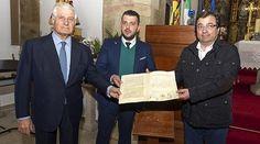 El duque de Alba, el alcalde de Madrigalejo y el presidente de la Junta de Extremadura, con el facísimil del testamento de Fernando el Católico