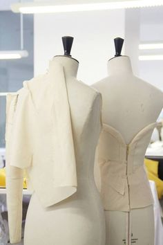 Estudio DelPozo Couture Sewing, Dior Couture, Haute Couture Fashion, Draping Techniques, Dress Form Mannequin, Couture Details, Delpozo, Fashion Studio, Dressmaking