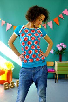 Kurzarmshirt aus türkisfarbenem Jersey vernäht mit einem Jersey mit LOLLI-Muster rot-weiß-Tönen. Hinten ist es einfarbig. Der Schnitt ist sehr vorteilhaft und vielseitig - egal ob leger zu Jeans,...