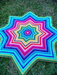 A Colcha estrela Colorida  em Crochet foi feita com linha fina de diversas cores, 30 cores , para quem gosta de peças vintage. Feita também  sob encomenda   e em diversos tamanhos- qualquer dúvida entre em contato. R$ 250,00