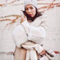 Doubleface trifft Oversize! Die luxuriöse helle, wendbare Cape-Jacket bringt Sie stilvoll durch den Winter. Der Cape-Schnitt kombiniert mit den verkürzten Ärmeln verleihen der Jacke einen legeren und modernen Look, egal ob mit der Lammfellseite oder Lederseite nach außen getragen. Ein elegantes Finish für jedes Outfit... Foto: © Werner Christ Christen, Elegant, Winter Jackets, Outfit, Womens Fashion, Pictures, Fur Fashion, Jackets, Classy