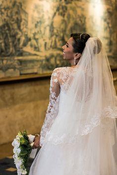 Vestido da Carol Hungria escolhido por Fabiola. O casamento de Fabiola e Erick foi publicado no Euamocasamento.com e as fotos são de Lenine Serejo Fotografia. #euamocasamento #NoivasRio