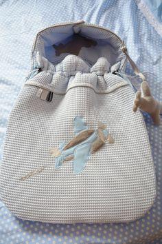 #voetenzak van #wazzhappening voor in de Maxi Cosi of kinderwagen in ijsblauw wafelkatoen en een vliegtuig patch