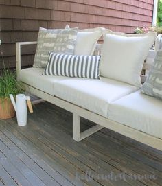 Pretty Pallet Repurposed Patio Lounging Loveseat Outdoor Drapes, Outdoor Couch, Modern Outdoor Furniture, Outdoor Living, Backyard Projects, Diy Projects, Backyard Ideas, Project Ideas, Wood Slat Wall