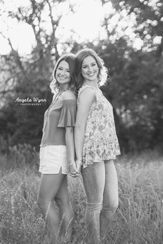 26 trendy photography ideas for sisters creative senior pictures Sibling Photography Poses, Senior Portrait Photography, Girl Photography Poses, Photography Ideas For Teens, Best Friend Photography, Creative Photography, Best Friends Shoot, Best Friend Poses, Sister Poses