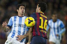 """GRA237. BARCELONA. 26/01/2014.- El centrocampista del FC Barcelona Sergio Busquets (d) lucha el balón con el portugués Sergio Barbosa """"..."""