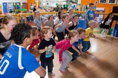 Dansen op het podium bij Joepie Binnenspeeltuin