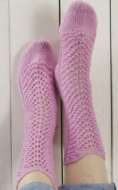Pitsineulesukat Novita Nalle -langasta aaltosukat toinen versio Lace Knitting, Knitting Socks, Knitting Patterns, Knit Socks, Crochet Slippers, Knit Crochet, Mitten Gloves, Mittens, Little Cotton Rabbits