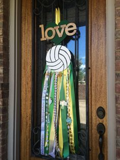 Door mum for my volleyball girls Diy Volleyball Gifts, Volleyball Locker Decorations, Volleyball Party, Volleyball Mom, Volleyball Locker Signs, Volleyball Clipart, Volleyball Jewelry, Volleyball Motivation, Soccer Gifts