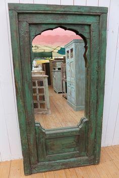 Dieser Spiegel war ursprünglich einmal ein antiker Fensterrahmen. An der Rückseite befinden sich Ösen zur senkrechten Montage.Unikat!
