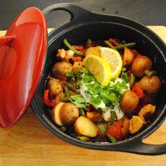 Cherry Potatoes Goulash: 600 g Cherry Potatoes, 250 g sperziebonen, 2rode paprika's, 2 uien, 150 g chorizo, 300 g varkenslapjes, 2 el olijfolie, 1 el paprikapoeder, 1 blikje tomatenstukjes (400 g), ½ eetlepel tijm, ¼ liter vleesbouillon, zout, peper, 125 ml zure room, fijngehakte peterselie  Kijk voor het complete recept op onze facebookpagina: http://on.fb.me/1oeG0Zz