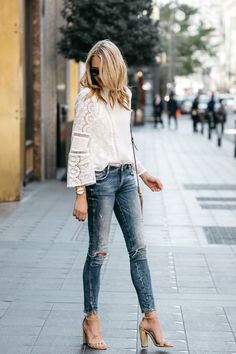 Spring business casual outfit white shirt blue jeans heels m Casual Heels Outfit, Block Heels Outfit, Outfit Jeans, White Heels Outfit, Women's Jeans, Black Sandals Outfit, Hijab Jeans, Diy Jeans, Work Jeans