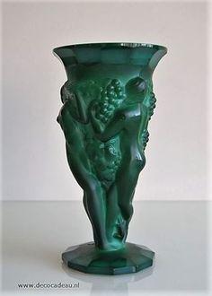 Sold *Bohemian* Curt Schlevogt, Gablonz Art Deco vase of pressed glass malachite. Sold.**** *Bohemen* Curt Schlevogt, Gablonz Art Deco vaas van geperst malachiet glas. Verkocht