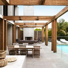 indoor-outdoor terrace with wood beams_robert mills architects