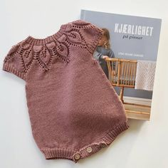 Tusen takk @leneholmesamsoe for en fantastisk ny bok! Her ble den nydelig #dahliaromper første ut fra #kjærlighetpåpinner  - har allerede kjøpt garn til enda en - gleder meg til lillesøster kan bruke denne  #babystrikk #sandnesgarn #tynnmerinoull #lillesøsterstrikk