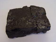 Carvão mineral. Rocha sedimentar organógena escura fácilmente combustível, composta essencialmente por carvão mineral, um agregado de componentes orgânicos. A amostra é do município de Figueira, Estado do Paraná. Geologia na Escola - Mostruário - Serviço Geológico do Paraná - Mineropar