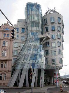 """""""Dancing House"""" réalisée par Frank Gehry en 1996 à Prague, République Tchèque. Sa forme atypique  est un exemple d'architecture déconstructiviste et représente Ginger Rogers et Fred Astair dansant ensemble."""