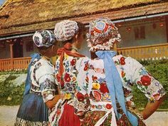 FolkCostume&Embroidery: Costume of Kalocsa, Bács-Kiskun county, Hungary Chain Stitch Embroidery, Learn Embroidery, Embroidery Stitches, Embroidery Patterns, Hand Embroidery, Beginner Embroidery, Stitch Head, Braided Line, Art Populaire