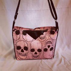 Sac Mambo en tissu crânes rose et noir cousu par Clutch - Patron Sacôtin