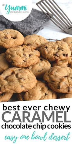 Caramel chocolate chip cookies that are ooey gooey yummi-ness! Prepare yourself for an amazing flavo Caramel Chocolate Chip Cookies, Chocolate Caramels, Chocolate Chips, Baking Recipes, Dessert Recipes, Drink Recipes, Delicious Desserts, Yummy Food, Food Stamps