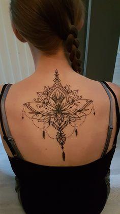 200 Fotos de tatuagens femininas no braço para se inspirar – Fotos e Tatuagens - Flower Tattoo Designs Tätowieren; Henna Tattoos, Tattoos Mandalas, Lotusblume Tattoo, Hand Tattoo, Tattoo Style, Back Tattoos, Cover Up Tattoos, Finger Tattoos, Body Art Tattoos