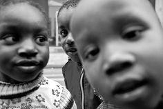 On black Depuis le 3 Octobre, plus de 200 familles dorment dans la rue de la Banque pour protester contre l'absence de logements décents. Français ou immigrés en situation régulière, tous travaillent mais vivent dans des conditions déplorables: le plus souvent à l'hôtel, ou dans des appartements minuscules, parfois menacés d'expulsion.  Ce matin 23 Novembre, Jean-Baptiste Eyraud, président du DAL, a été reçu à l'Elysée par Nicolas Sarkozy en compagnie de Carole Bouquet, dont l...