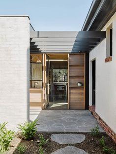 Architect-Rob-Kennon-Northcote-House-Brooke-Holm-photo- Idea: simple display on the exterior of the house, flanking the entry. Plywood Design, Deco Originale, Art Deco Home, Facade House, House Facades, Pergola Kits, Cheap Pergola, Pergola Designs, Pergola Ideas
