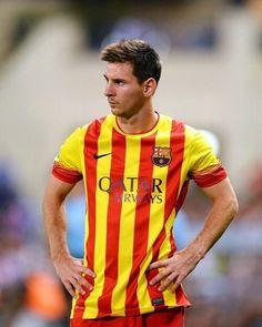Esté es Lionel Messi. Él es el capitán de Argentina equipo.
