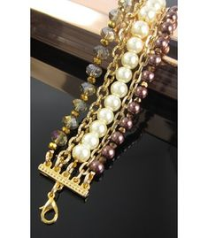Collar en finas cuentas de vidrio esmaltadas color perla, cristales de murano, borlas de cuero y piedras naturales. Bisutería de Hogla