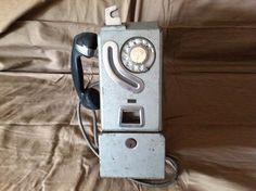 Teléfono público español con fichas en metal y baquelita, años 60/70, los domingos las internas llamábamos a casa