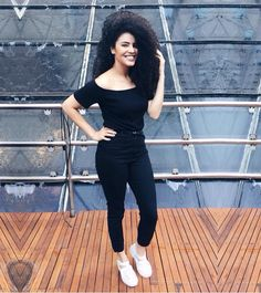 Cada dia mais apaixonada por look preto  #allblack #look #ootd #leitorasdalari | t-shirt ombro a ombro: @lojawearever | calça: @lojayoucom | melissa: @clubemelissa.sbcplaza