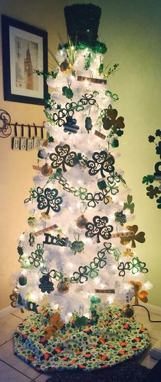 Learn how to decorate your home with these awesome St Patricks Day Decoratons on a Budget - Paddys Day Trees. All the supplies can be bought at your local dollar store really cheaply Christmas Tree Themes, Holiday Tree, Holiday Wreaths, Xmas Tree, Holiday Crafts, Holiday Decor, St Paddys Day, St Patricks Day, Saint Patricks