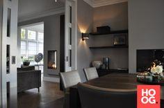 Luxe interieur met houten eettafel en luxe meubels
