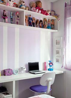 As funções de relaxar e estudar dividem os 9,50 m² exclusivos da filha. Em frente à cama, há uma bancada (2 x 0,40 x 0,75 m) com nichos para os materiais escolares, enquanto o módulo suspenso expõe a coleção de bonecas dos tempos de menina. A marcenaria de MDF é da Todeschini: bancadas, nichos, armários e camas dos quartos das crianças, além do gabinete do banheiro saíram por R$ 19500.