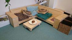 Hoek loungebank voor peuters, gemaakt op peuterhoogte. Met bijpassende salontafel. Verkrijgbaar op steigerhout-totaal.nl