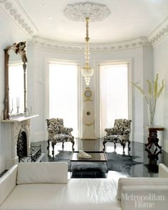 Contemporary classic sitting room, dark flooring, ornate cornice and moulding, elegant fire place and chandelier. Luxury Homes Interior, Room Interior, Interior Design Living Room, Contemporary Classic, Modern, Elegant Living Room, Shabby, Living Spaces, Living Rooms