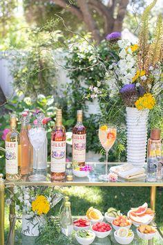 Make Your Own Spritzer Bar for Brunch! Creating a make-your-own spritzer bar is perfect for any brunch celebration and o Cocktails Bar, Refreshing Cocktails, Bar Drinks, Summer Cocktails, Summer Parties, Cocktail Recipes, Beverages, Breakfast And Brunch, Tequila Sunrise