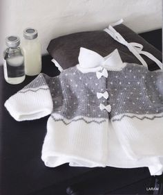 Tricots chics pour mon bebe - Les tricots de Loulou - Álbuns da web do Picasa Mais Knitting For Kids, Crochet For Kids, Hand Knitting, Fingerless Gloves Crochet Pattern, Crochet Cardigan Pattern, Baby Pullover, Baby Cardigan, Baby Girl Patterns, Baby Knitting Patterns