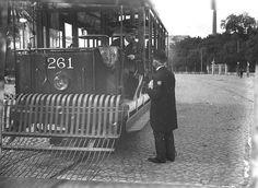 TBraga «O presidente do governo informa-se da partida do electrico que o ha de levar ate proximo do seu ministerio» Lisbon Tram