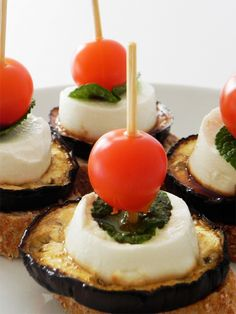 Grilled aubergine with goat cheese, mint and cherry tomatoes When you mix cheese and tomatoes, it must be good. And this time there are cherry tomatoes, goat cheese and mint, and yes, it's perfect!