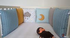 Tour de lit coussins bébé Collection 'Taupe sous roche' - Bleu canard, bleu ciel, taupe, blanc et jaune : Linge de lit enfants par shanouk