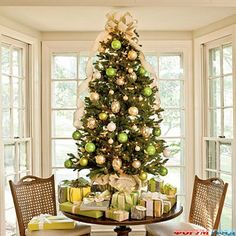 christmas tree on table | Настольные елки фото - Много на елочке ...This would be a perfect solution for the foyer.