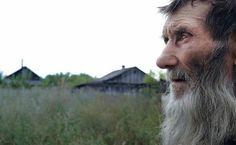 (52) Одноклассники   Умирают деревни со стоном, Старики доживают в них век. Государство берёт их измором, Отключая и воду и свет.  Заколочены окна досками, Где-то нудно калитка скрипит. Пьяный дед, умываясь слезами, В небеса кулаками грозит:  -Эх! За что нам такая поруха? Видно, Бог отвернулся от нас! Коевадни скончалась старуха! Жить зачем? -попрошаю я вас!  Дед умолк и, вздохнув отрешённо, Потихоньку поплёлся домой. И казалось что в мире огромном Он один со злодейкой-судьбой!