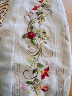 New machine quilting designs flower ideas Hand Embroidery Dress, Basic Embroidery Stitches, Embroidery On Clothes, Silk Ribbon Embroidery, Embroidery Fashion, Hand Embroidery Patterns, Embroidery Techniques, Floral Embroidery, Sewing Patterns