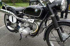 Moto-BMW-R68-1952-ISDT-moteur bicylindre flat twin refroidissement par air, échappement deux en un relevé, regardez les cornets sur les carbus, en tout terrain cela ne présageait rien de bon pour le moteur, transmission par cardan, cadre double berceau, freins à tambours-BMW-motos-Munich-Baviere-Allemagne-Europe.