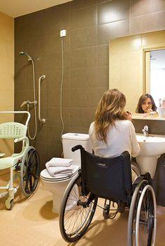 Foto de um banheiro adequado: sem box, com cadeira de banho, barra de apoio e espaço livre embaixo da pia.