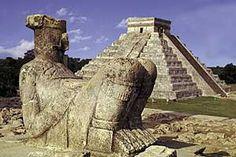 Aquí es una estatua. Esta es en Mexico. Muchas personas mirarlo porque lo es antiguo. Esta es desde los Toltecas.
